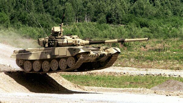 Un tanque T-90S durante maniobras militares - Sputnik Mundo