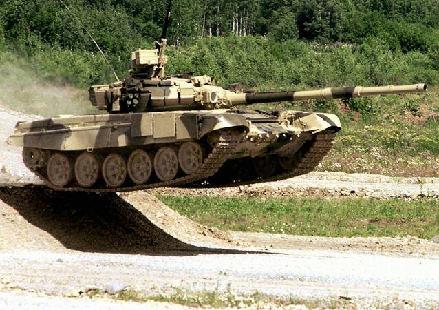 Un tanque T-90S durante maniobras militares (archivo)