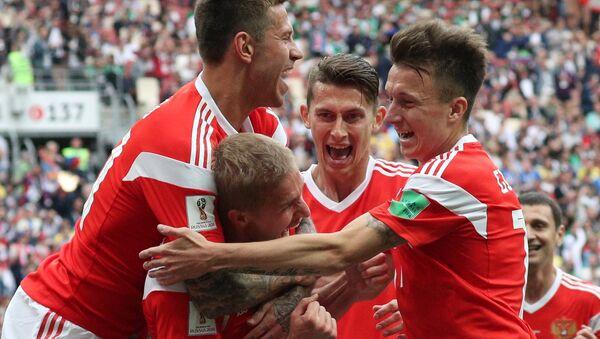 La selección rusa de fútbol celebra la victoria sobre el equipo de Arabia Saudí en el Mundial de Rusia 2018, 14 de junio de 2018 - Sputnik Mundo