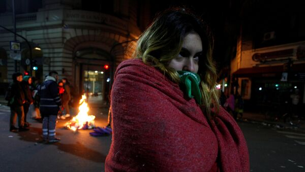 Una manifestante a favor de la ley de aborto legal, seguro y gratuito durante la vigilia frente al Congreso Nacional en Buenos Aires. - Sputnik Mundo