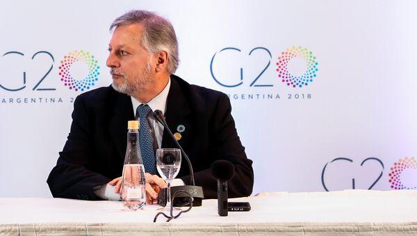 El ministro argentino de Energía y Minería, Juan José Aranguren, y su par canadiense James Gordon Carr, ministro de Recursos Naturales, firman acuerdos 14 de junio de 2018 - Sputnik Mundo