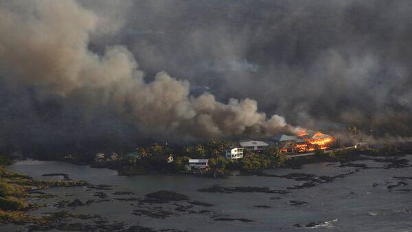 Casas rodeadas de lava durante la erupción del volcán Kilauea en Hawái - Sputnik Mundo
