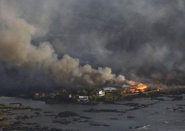 Casas rodeadas de lava durante la erupción del volcán Kilauea en Hawái