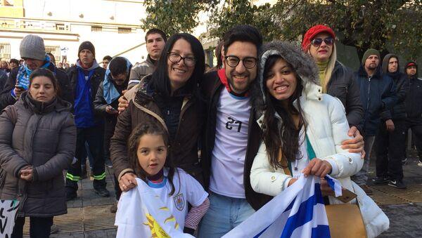 Familia uruguaya disfruta de la trasmisión del Partido en la Intendencia de Montevideo - Sputnik Mundo