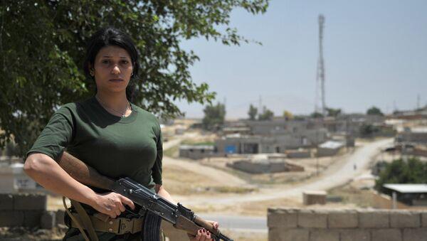 Una militar voluntaria kurda - Sputnik Mundo