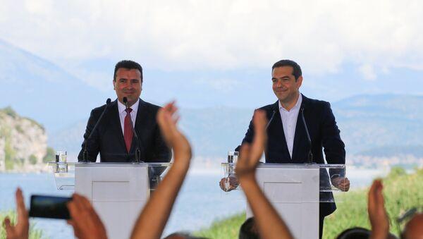 El primer ministro de Macedonia, Zoran Zaev, con su par griego, Alexis Tsipras - Sputnik Mundo