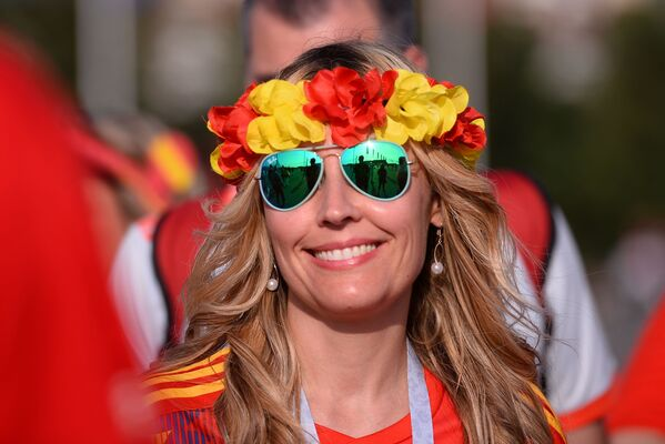 A female fan of Spain's national team smiles ahead of a group stage World Cup match between Spain and Portugal. - Sputnik Mundo