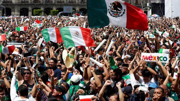 Mexicanos celebran el triunfo del equipo nacional - Sputnik Mundo