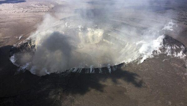 Gases salen del cráter Halemaumau  del volcán Kilauea, en Hawái - Sputnik Mundo