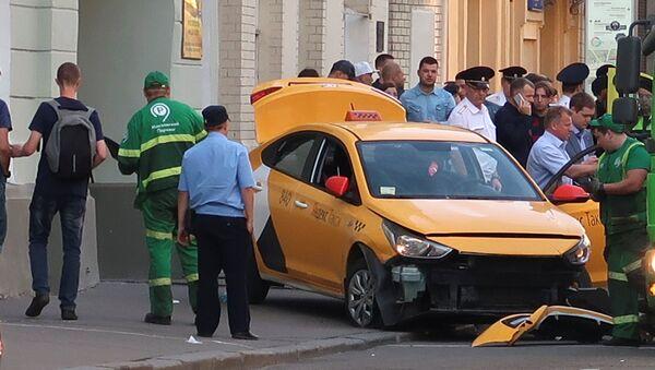 El lugar del incidente cuando un taxi atropelló a una multitud en el centro de Moscú - Sputnik Mundo