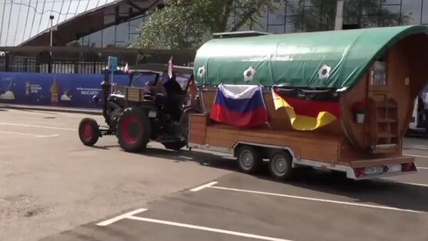 Misión cumplida: el tractorista alemán llega al partido de su selección - Sputnik Mundo