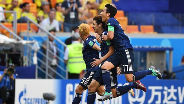 Futbolistas japoneses celebran su segundo gol sobre Colombia - Sputnik Mundo