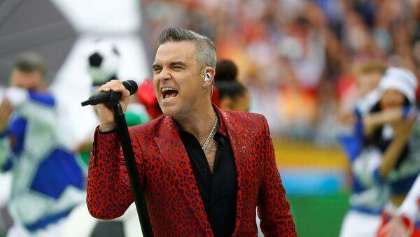Robbie Williams canta durante la inauguración del Mundial de Rusia en el estadio Luzhnikí de Moscú - Sputnik Mundo