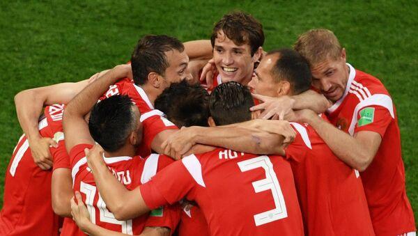 El equipo ruso celebra su gol en el partido contra Egipto - Sputnik Mundo