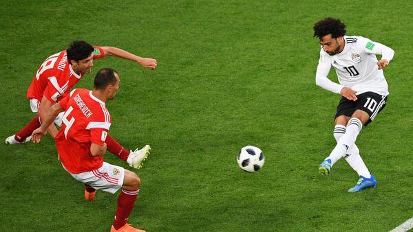 Yuri Zhirkov (Rusia), Serguéi Ignashevich (Rusia) y Mohammed Salah (Egipto) - Sputnik Mundo
