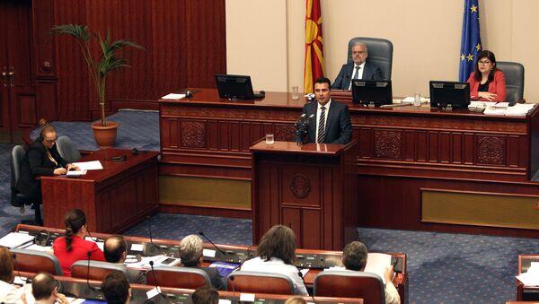 El primer ministro de Macedonia, Zoran Zaev, interviene ante el Parlamento del país durante la sesión para la ratificación del acuerdo con Grecia - Sputnik Mundo