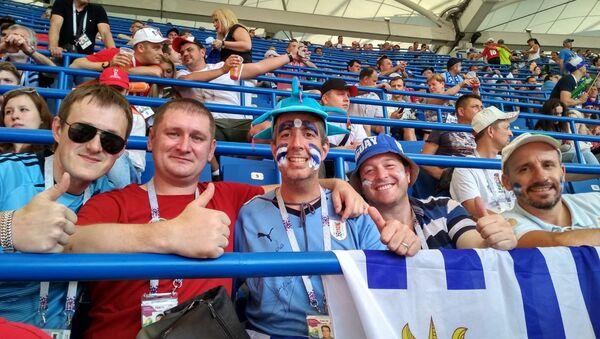 Hinchas uruguayos en el partido entre Uruguay y Arabia Saudí - Sputnik Mundo
