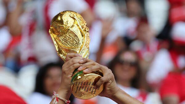 Una réplica del trofeo de la Copa del Mundo - Sputnik Mundo