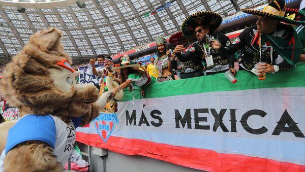 Hinchas de México con Zabivaka en el Mundial de Rusia 2018 - Sputnik Mundo