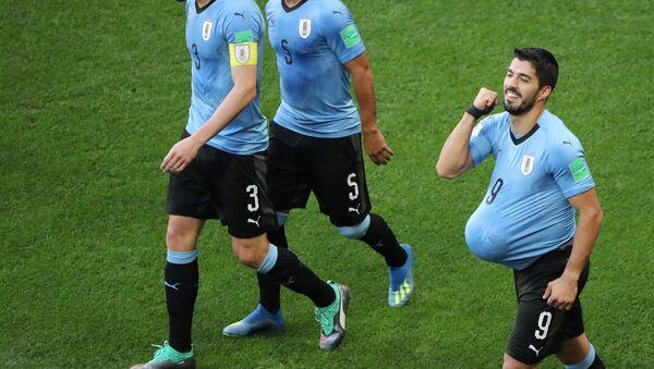 Luis Suárez festeja un gol con un balón en la panza y anuncia la llegada de su tercer hijo - Sputnik Mundo
