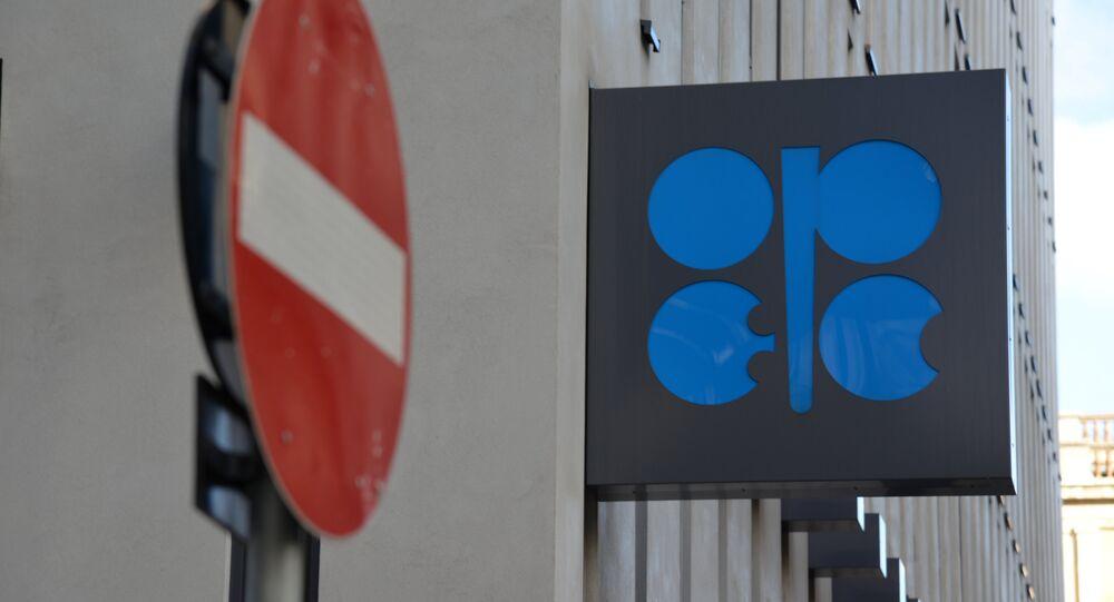 Logo de la OPEP sobre el cuartel general de la organización en Viena
