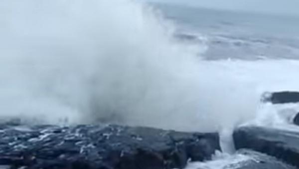 Una enorme ola que azotó la costa de la India - Sputnik Mundo