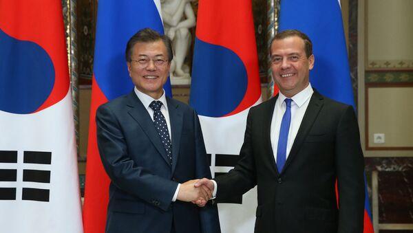 El presidente surcoreano, Moon Jae-in, y el primer ministro ruso, Dmitri Medvédev - Sputnik Mundo