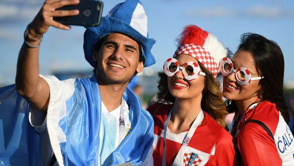 Hinchas de Argentina y Croacia posan para una foto momentos antes del partido entre sus selecciones - Sputnik Mundo