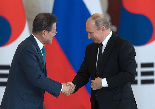 Presidente de Corea del Sur, Moon Jae-in, presidente de Rusia, Vladímir Putin