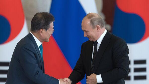 Presidente de Corea del Sur, Moon Jae-in, presidente de Rusia, Vladímir Putin - Sputnik Mundo