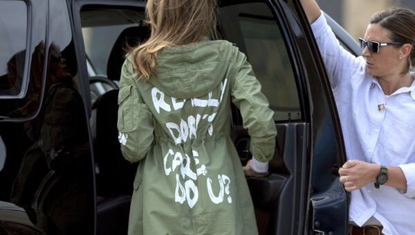Melania Trump en una chaqueta provocadora - Sputnik Mundo