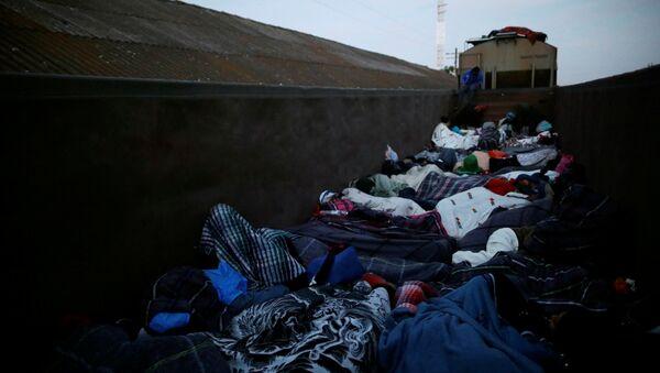 Migrantes centroamericanos en un tren en la frontera con EEUU - Sputnik Mundo