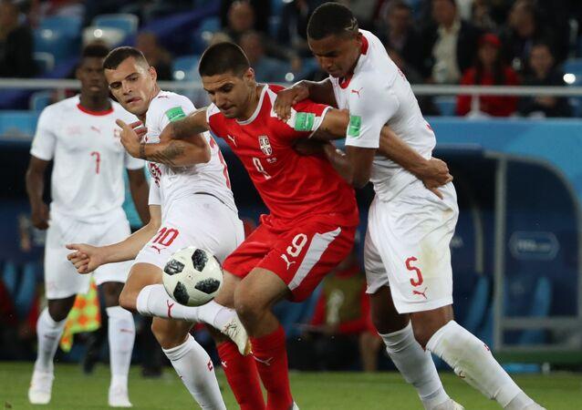 El delantero de la selección de Serbia, Alexandr Mitrovic (en el centro)