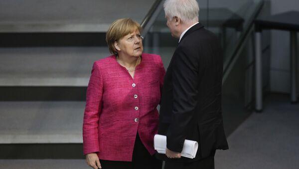 Ángela Merkel, canciller de Alemania, y Horst Seehofer, ministro del Interior y líder de la Unión Social Cristiana de Baviera - Sputnik Mundo