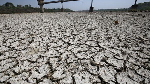 Bomba de agua en la cuenca seca del río Sabarmati, en la India (archivo) - Sputnik Mundo
