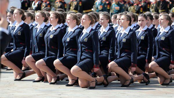 Monedas y pétalos de rosa: los futuros militares se gradúan en el Kremlin - Sputnik Mundo