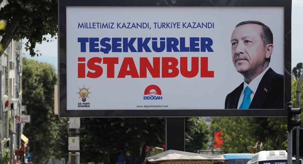 La gente camina frente a un cartel del presidente de Turquía, Tayyip Erdogan. El cartel dice: Nuestra gente ganó, Turquía ganó, gracias Estambul.