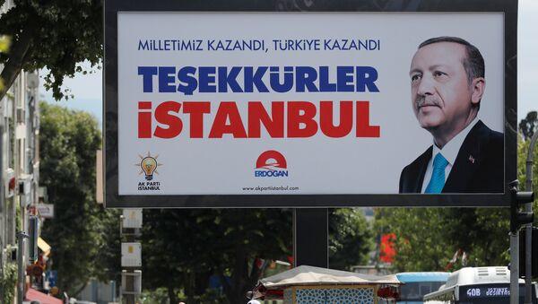 La gente camina frente a un cartel del presidente de Turquía, Tayyip Erdogan. El cartel dice: Nuestra gente ganó, Turquía ganó, gracias Estambul. - Sputnik Mundo