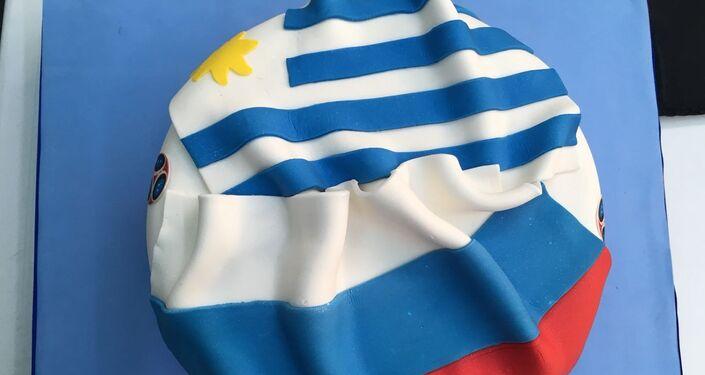 El pastel obsequiado por el embajador de Rusia en Uruguay, Nikolay Sofinskiy, para conmemorar el partido entre ambas naciones