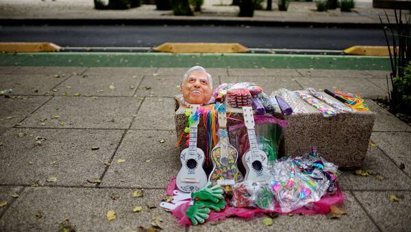 Máscara que representa al favorito de las elecciones presidenciales de México Andrés Manuel López Obrador - Sputnik Mundo
