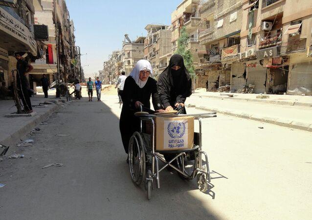 Refugiados palestinos con la ayuda humanitaria (archivo)