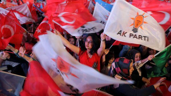 Los partidarios del partido de la Justicia y el Desarrollo (AKP) turco - Sputnik Mundo