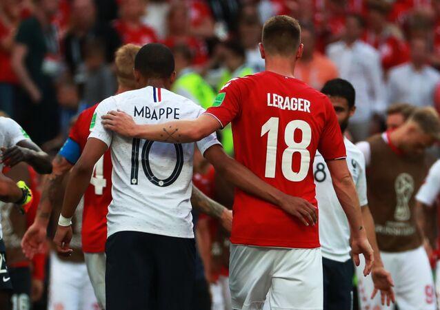 Los jugadores de Francia y Dinamarca tras el partido