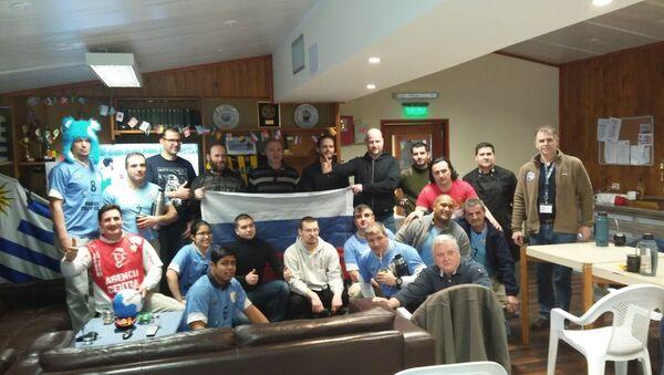 Rusos y uruguayos en la Base Antártica Artigas durante el partido Rusia-Uruguay - Sputnik Mundo