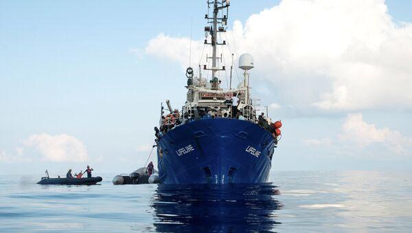 Migrantes en un buque de rescate (imagen referencial) - Sputnik Mundo