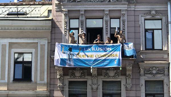 Unos hinchas argentinos animan a su selección desde un balcón en San Petersburgo - Sputnik Mundo