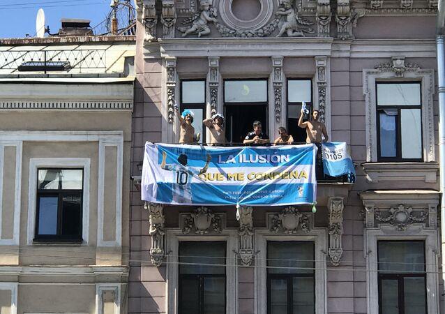 Unos hinchas argentinos animan a su selección desde un balcón en San Petersburgo