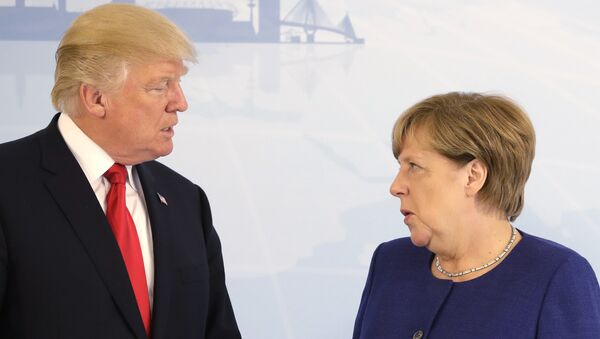 U.S. President Donald Trump, left, and German Chancellor Angela Merkel pose for a photograph prior to a bilateral meeting on the eve of the G-20 summit in Hamburg, northern Germany, Thursday, July 6, 2017 - Sputnik Mundo