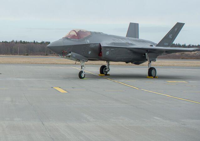 Un avión F-35A de la Fuerza Aérea de EEUU en la base de Amari en Estonia (archivo)
