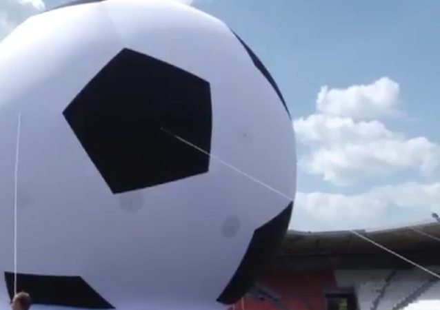 Con mira al récord mundial: balón de 20 metros invade la cancha de Cheliábinsk